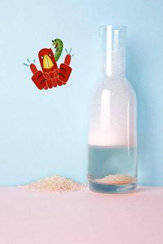 De beste manier om een vaas schoon te maken. Vul 'm met warm water, twee eetlepels azijn, een druppel Dreft en een kopje ongekookte rijst. Roer dit mengsel enkele minuten rond in de vaas zodat de rijst de binnenkant als het ware schoon scrubt. Spoel uit en laat de vaas opdrogen.