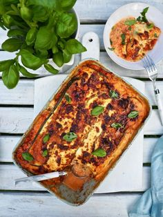 Mehevä kesäkurpitsalasagne — Peggyn pieni punainen keittio Cheddar, Vegetable Pizza, Lasagna, Vegetarian Recipes, Food And Drink, Keto, Pasta, Vegetables, Cooking
