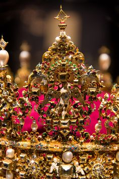 Kopenhagen - 8588 Rosenborg Castle - Detail of the crown of King Christian IV - There's a diamond missing at the top. Royal Crowns, Crown Royal, Tiaras And Crowns, The Crown, Royal Jewelry, Vintage Jewelry, Jewellery, Circlet, Aqua Marine