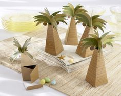 Your tropical or beach-themed wedding becomes even more memorable with the perfect wedding favor box for your tables!