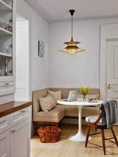 Great idea for SW corner of Living Room off Kitchen. Small built-in area for one-on-one gatherings/ breakfast nook / coin banquette cuisine Coin Banquette, Banquette D Angle, Banquette Dining, Kitchen Banquette Ideas, Kitchen Ideas Square Room, Kitchen Booths, Kitchen New York, Esstisch Design, Dining Furniture