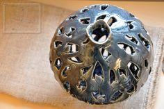Bình váy khắc lộng vẽ hoa dây xanh coban gốm vuốt tay  (pottery vase)  Mã sản phẩm: VC 0051 00 23 Giá: 1,250,000 VNĐ H30xD23cm www.gomsuyenlam.vn
