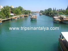 Manavgat Bootsfahrt auf dem Manavgat Fluss von alnaya. Die manavgat Bootsfahrt ist mit der Stadt manavgat verbunden. Es verfügt über drei Attraktionen. Bei der manavgat Bootsfahrt werden Sie das türkisfarbene Wasser des Manavgat-Flusses , den Wasserfall und natürlich den bekannten und zugleich den größten Basaar der südlichen Türkei entdecken. Bummeln Sie durch den bunten Wochenmarktbasaar und lassen sie sich durch die traditionelle Atmosphäre verzaubern.