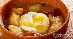 Sopa de ajo (Castiliaanse knoflooksoep) – Kitchenista Chorizo, Pasta Recipes, Soup Recipes, Other Recipes, Thai Red Curry, Chili, Veggies, Cooking, Ethnic Recipes