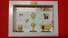 Cenário de banheiro feito de madeira MDF, pintado com tinta PVA, miniaturas de resina pintadas e envernizadas,crochê, diversos papéis, com vidro de proteção.