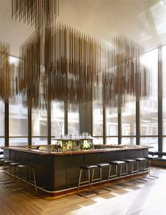 Le Four Seasons de New York. Le bar de la Grill Room est surmonté d'une sculpture en bronze de Richard Lippold. © Jason Schmidt