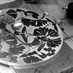 Ujawniamy szczegóły powstawania kolekcji AVES, ręcznie grawerowane wzory z rajskimi ptakami i kwiatami to motyw przewodni biżuterii. Zdjęcie Aleksandra Sobieraj.