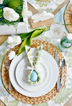 Easter Bunny Napkin Fold and Table Setting Idea Use cloth napkins in new, inventive and creative ways this spring. This beautiful and whimsical Easter Bunny Napkin Fold and Table Setting Idea will bring joy and smiles to your Easter celebration! Fruits Decoration, Easter Table Decorations, Easter Decor, Pallet Decorations, Bunny Napkin Fold, Napkin Folding, Easter Dinner, Easter Brunch, Brunch Bar