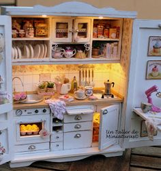 Love the lighting in Paloma's kitchen cabinet Un Taller de Miniaturas. Cabinet has been wired with lights for the oven, under counter and upper ceilings.A Miniatures Workshop: Scenes / boxes of roomsLighted Kitchen Cabinet - this is so cool, I'd like this