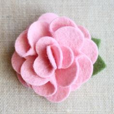 Pretty hair accessories the wont break the bank for for babies, toddlers, tweens and teens. Felt Flowers, Diy Flowers, Fabric Flowers, Felt Projects, Diy Projects To Try, Felt Hair Clips, Flower Making, Pretty Cool, Pretty Hairstyles