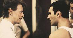 """Un buen día de 1981, David Bowie se reunió en Suecia con los integrantes de Queen para grabar en un estudio la canción """"Cool Cat"""". Al poco tiempo que empezó esto, Bowie se aburrió y sugirió escribir una canción desde cero, la cual se convertiría en una de los iconos de la banda británica y … Continúe leyendo La historia cómo Freddie Mercury y David Bowie crearon """"Under Pressure"""" →"""
