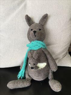 Mama kangoeroe met baby in de buidel (uit: Mijn knuffels van sokkenwol, Kristel Droog-Dekkers)