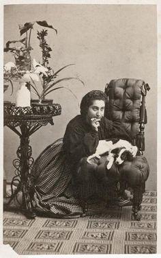 Porträtt av okänd kvinna med hund.