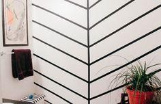 Decoração com fita isolante: Ainda no nível fácil, é possível dispensar o papel de parede e criar padrões ou efeitos diferentes nas paredes sem complicação.