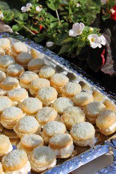 Kuvasta saattaa saada väärän käsityksen pikkuleipien koosta. Ne ovat aivan pikkuisia, halkaisijaltaan ehkä noin 2,5 cm. Kreemitäyte ja ...
