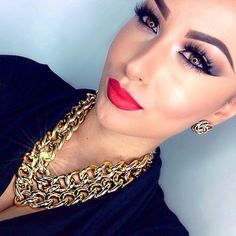 Love the makeup and the gold chain