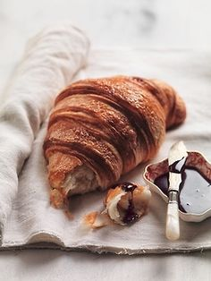 Croissants are yummy Breakfast Desayunos, European Breakfast, Breakfast Croissant, Health Breakfast, Perfect Breakfast, Food Porn, Good Food, Yummy Food, Healthy Food