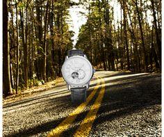 Nos gusta controlar el tiempo en nuestras vidas. Justo ahí, en medio del camino, los relojes marcan el tiempo presente. #DUWARD