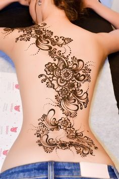 Like the curve of the placement angle especially if flowers lined up with spine and chakras! Tattoo Girls, Sexy Tattoos For Girls, Back Tattoo Women, Girl Tattoos, Tattoos For Women, Henna Tattoo Back, Back Henna, Leg Henna, Lace Tattoo
