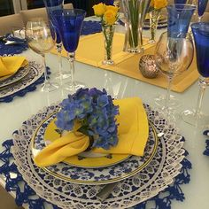 The crochet Sousplat is a piece that serves to complement the decoration of the dining table with sophistication, beauty and elegance. Blue Table Settings, Beautiful Table Settings, Place Settings, Table Arrangements, Deco Table, Dining Room Table, Wedding Table, Tablescapes, Dinnerware
