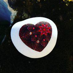 Heart Painting, Dot Art Painting, Pebble Painting, Pebble Art, Stone Painting, Rock Painting Patterns, Rock Painting Ideas Easy, Stone Crafts, Rock Crafts