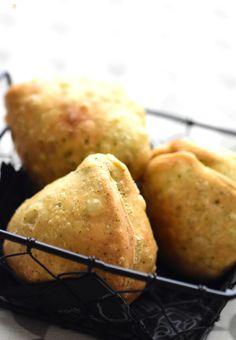 初めて本当のサモサを食べた時に『いままでのは何だったかな?』と衝撃を受けた程。  以来、サモサ風・・・では納得しない家族のシビアさが、良くも悪くも私の原動力になっていたりもします(笑)  まずは生地のみのご紹介。お菓子作りよりもパン作りよりも簡単です♪