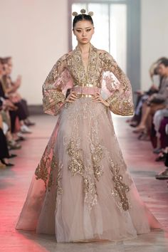 Elie Saab Fall 2019 Couture Collection - Vogue Elie Saab Haute Couture, Haute Couture Fashion, Vestido Strapless, Elie Saab Bridal, Elie Saab Fall, Online Dress Shopping, Shopping Sites, Types Of Dresses, Models