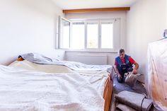 Abdeckflies wird vom Boden entfernt. Effektiver Schutz des Fußbodens vor Beschädigung bei der Fenstermontage.