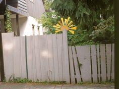 Weißer Zaun mit Sonne