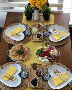 Breakfast Presentation, Food Presentation, Dining Decor, Decoration Table, Comment Dresser Une Table, Brunch Mesa, Breakfast Table Setting, Party Food Platters, Quick Vegetarian Meals