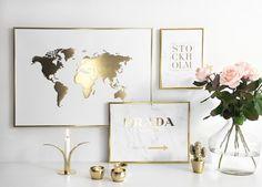 Tavla, poster med världskarta i guld. poster med guld tryck i tavelram av guld.