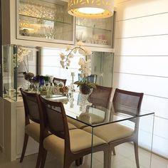 Apartamento compacto com solução de móvel cristaleira + buffet e mesa de jantar saindo do aparador! ...