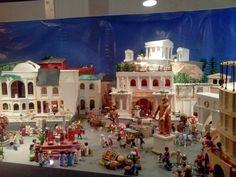 Para el disfrute de tod@s, os presento un belén de playmobil de más de 3.500 piezas. Está en la ciudad de Tomares en Sevilla. Tal es la expectación que ha levantado que la cola que se forma recuerda a esas colas