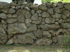 Landschaft mit Trockenstapel-Stützmauern gestalten _… - how to build a fence Stone Masonry, Building A Fence, Dry Stone, Types Of Stones, Garden Fencing, Wall Oven, Outdoor Projects, Pathways, Retaining Walls