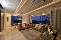 Modernes Wohnzimmer in Brauntönen mit abgehängter Decke