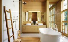 un meuble vasque en bois et une échelle décorative dans la salle de bain zen