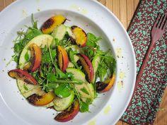 Salada de mini folhas com maça verde e nectarinas grelhadas
