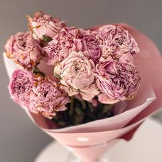 Peónia (bazsarózsa) egy csokorban biztos telitalálat. 10 szál szárított, tartós bazsarózsa egy virágcsokorban. Ha Te is úgy imádod a bazsarózsát mint mi, akkor most egész évben lehet egy vázában peónia az otthonodban, irodádban. Hát nem nagyszerű? Megbízható virágküldés Budapesten – csakis a BREE virággal! Vegetables, Vegetable Recipes, Veggies