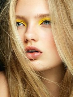 Try one of these chic ways to wear yellow eye makeup. Try one of these chic ways to wear yellow eye makeup. Eyeshadow For Blue Eyes, Bright Eyeshadow, Eyeshadow Tips, Eyeshadow Looks, Eyeshadow Makeup, Yellow Eye Makeup, Simple Eye Makeup, Makeup For Green Eyes, Makeup Trends