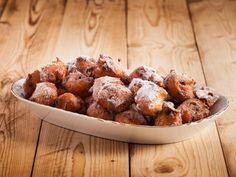 Le frittelle con l'uvetta sono dei dolcetti tipici del Carnevale, veloci da preparare e da consumare spolverizzando con zucchero a velo