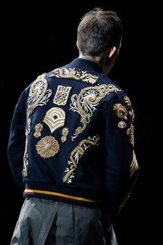 Dries Van Noten a fait défiler sa collection automne-hiver 2016 sur la scène de l'Opéra Garnier. Un décor d'exception qui n'a pourtant pas éclipsé le spectacle qui était bel et bien sur les vêtements. Focus.
