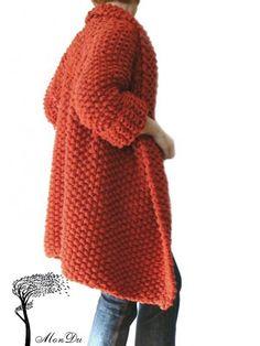Fantastyczny bezszwowy sweter w rozmiarze S/M, wydziergany ręcznie na drutach z dobrej jakości, miękkiej włóczki (45% wełna, 55% akryl). Luźny fason, prosta forma, bardzo oryginalny gruby obustronny ścieg, długie rękawy. Sweter nie posiada zapięć. Wymiary mierzone na pł...