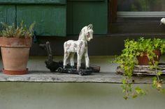 Charmante und von Hand gefertigte Pferdchen aus Holz. Jedes Stück ein Unikat. Ob für drinnen im Haus oder draussen im Garten, diese Pferde verschönern jede leere Ecke, jedes Regal oder ein gewöhnlicher Eingang. Nun bei uns erhältlich: www.amelies.ch/