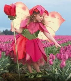 une fille dans le costume d'une fleur rose