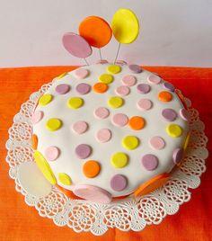 Premetto subito che con questo tipo di torte non ci vado d'accordo…Che la pasta di zucchero in estate è impossibile da lavorare….Che ...