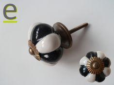 """Pomello di ceramica per armadio, bianco e nero. La sagoma del pomolo è a """"spicchi"""". http://easy-online.it/it/categoria-prodotto/pomelli/"""