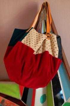 Sac cabas pièce unique en velours rouge etpatch de tissus vintage