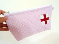 Necessaire artesanal porta medicamentos. Super útil e boa lembrança de aniversário para os que tem mais 60 anos.