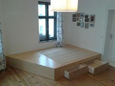 Tischler kontaktieren für Podest im Schlafzimmer: Stauraumwunder mit Schubladen.