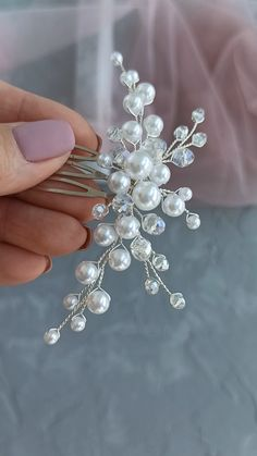DIY Video Tutorial bridal pearl hair comb, How to make wedding headpiece, Instructions for beginners - Modern Wire Jewelry Designs, Handmade Wire Jewelry, Jewelry Patterns, Jewelry Crafts, Beaded Jewelry, Handmade Hair Bows, Beaded Necklaces, Hair Jewelry, Bridal Jewelry